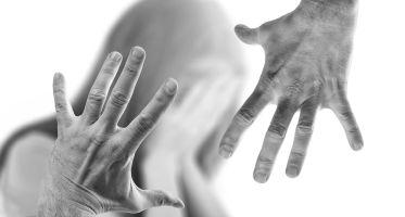 Znęcanie się fizyczne lub psychiczne – opis przestępstwa i przykłady